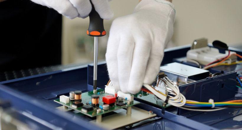 電子機器組み立て、電気検査写真